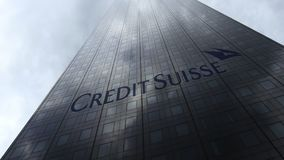 Credit Suisse grupperar logo på reflekterande moln för en skyskrapafasad Redaktörs- tolkning 3D Arkivfoto