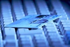 Creditcard bereiten Sie für Zahlung auf der Tastatur vor Stockfoto