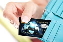 Creditcard in de hand van de vrouw uit portefeuille wordt genomen die Stock Afbeeldingen