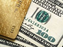 Creditcard en honderd dollars de rekeningen, sluiten omhoog, bedrijfs en betalingsconcept royalty-vrije stock foto's