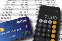 Creditcard en smartphone die op een spreadsheetachtergrond liggen met aantallen in colums r stock foto