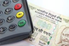 CreditCard Leser auf einer 500 Rupie-Anmerkung stockbild