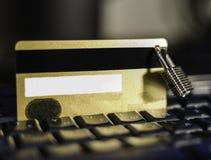 Creditcard met het hangen van hangslot op toetsenbord stock afbeelding