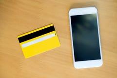 Creditcard met smartphone op lijst stock afbeelding