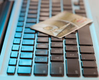 Creditcard op computertoetsenbord Stock Foto