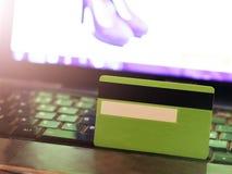 Creditcard op laptop, online aankoop stock afbeeldingen
