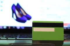 Creditcard op laptop, online aankoop stock fotografie