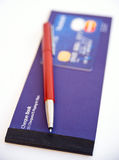Creditcard, pen en chequeboek. Stock Fotografie