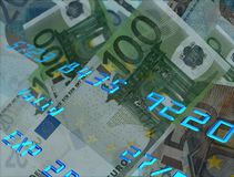 Creditcardaantallen met geld op de achtergrond Royalty-vrije Stock Afbeeldingen