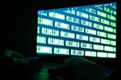 Creditcarddief, creditcard op laptop toetsenbord, binair getalsysteem op het laptop scherm Royalty-vrije Stock Fotografie