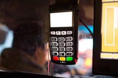 Creditcardmachine voor Transactie in de Stadstaxi van New York stock fotografie