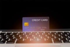 Creditcardplaats op laptop stock fotografie