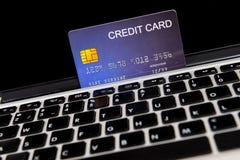 Creditcardplaats op laptop stock afbeelding