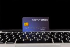 Creditcardplaats op laptop royalty-vrije stock foto