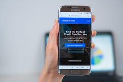 Creditcards COM-Website ge?ffnet auf dem Mobile lizenzfreie stockfotos