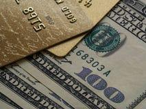 Creditcards en dollars in contant geld stock afbeeldingen