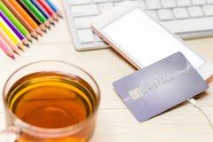 Creditcards gezet op de telefoon en het toetsenbord Kan geassembleerde advertentie zijn Royalty-vrije Stock Afbeelding