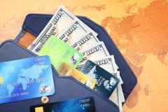 Creditcards met geld in portefeuille stock fotografie