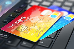 Creditcards op laptop toetsenbord Royalty-vrije Stock Fotografie