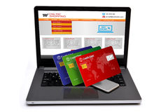 Creditcards op laptop toetsenbord met smartphone Royalty-vrije Stock Afbeelding