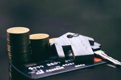 Creditcards, sleutelring Concept voor bezitsladder, hypotheek en onroerende goedereninvestering royalty-vrije stock fotografie