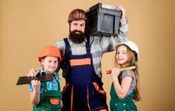 Cree el sitio que usted quiere realmente vivo Siga al padre Muchachas de los niños del constructor del padre Enseñe a la hija Edu fotografía de archivo