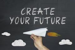 Cree su concepto futuro con el aeroplano del vuelo en la pizarra imágenes de archivo libres de regalías
