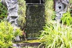 Creeer een decoratieve waterval in de tuin Royalty-vrije Stock Foto