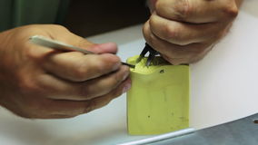 Creeer een vorm voor het gieten van wasexemplaren van juwelen stock videobeelden