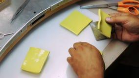 Creeer een vorm voor het gieten van wasexemplaren van juwelen stock footage