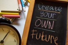Creeer uw eigen toekomst op uitdrukkings kleurrijke met de hand geschreven op bord, wekker met motivatie en onderwijsconcepten stock foto's