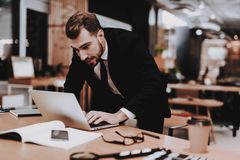 Creeert Ideeën Een man kostuum Laptop brainstorm stock afbeeldingen