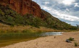 The Creek, das entlang die Seite von Glen Helen Gorge läuft lizenzfreie stockfotografie