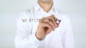 Creemos en diferenciar, escritura del hombre sobre el vidrio almacen de metraje de vídeo