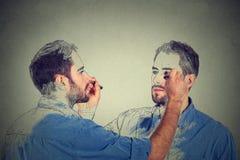 Crei concetto Bello giovane che disegna un'immagine, schizzo di se stesso Immagini Stock