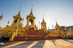 Cremação real dourada na noite, Banguecoque imagem de stock