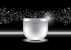 Crema antinvecchiamento con le piccole luci bianche della bolla sul backgrou scuro Fotografia Stock
