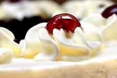 Crema azotada con la cereza Foto de archivo