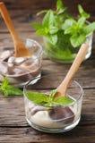 Crema batida con crema y chocolate Imagen de archivo libre de regalías