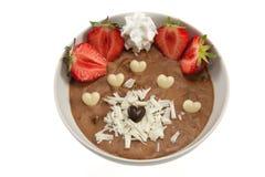 Crema batida con las fresas y los corazones del chocolate Fotos de archivo libres de regalías