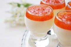 Crema batida de la vainilla con la salsa del pomelo Imágenes de archivo libres de regalías