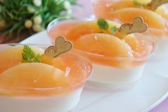 Crema batida del melocotón con la jalea del melocotón Imagen de archivo libre de regalías