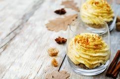 Crema batida del pastel de queso de la especia de la calabaza imagen de archivo