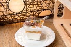 Crema batida hecha en casa del mascarpone y pistachos tajados con las bayas imagenes de archivo