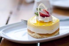 Crema batida tropical de la fruta de la pasión del mango con la fresa en el toppi Imagen de archivo