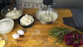 Crema blanca de mezcla en cuenco con el mezclador del motor Vector con los ingredientes de la hornada Torta que cuece Mezclador e metrajes