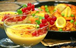 Crema catalana和肉菜饭西班牙人午餐 免版税图库摄影