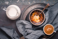 Crema catalana con la taza de café en el fondo de piedra Fotografía de archivo libre de regalías