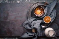 Crema catalana con la taza de café en la opinión superior del fondo de piedra Foto de archivo libre de regalías