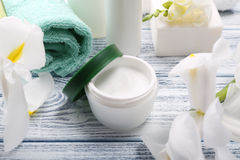Crema cosmética con otros accesorios en la tabla de madera, clos del baño Imagenes de archivo